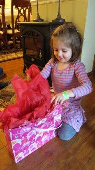 dziewczynka rozpakowująca prezent