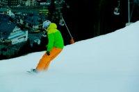 snowboardzista w zielonej kurtce