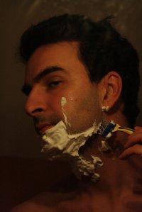 Mężczyzna golący się