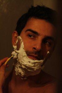 Mężczyzna goli się maszynką