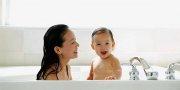 mama myjąca głowę dziecku szamponem